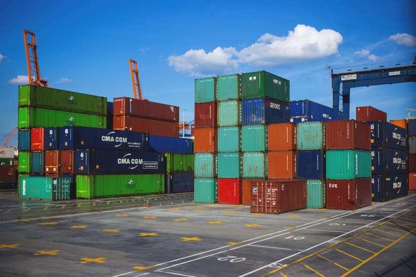 Containers para exportação empilhados